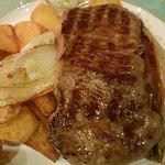 deutsches Steak mit Chicoree, Kräuterbutter und Kartoffelspalten