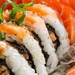 Skin Sushic - uramaki de skin com fatia de salmão e molho de maracujá