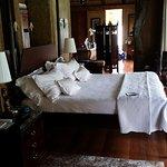 Gigantischer Raum mit riesigem Bett und Blick in den Busch