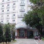 Tòa bạch dinh khách sạn khổng lồ cao 7 tầng của Khu DL Sàigòn Park Resort.
