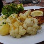 Schnitzel Wiener Art, Blumenkohl und Dampfkartoffeln