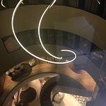 Vista del lobby desde el ascensor