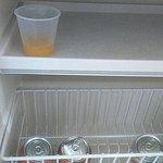 Copo com suco no frigobar, já estava quando cheguei.