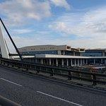 """Percorso pedonale dal """"Piano Partenze"""" dell'aeroporto, adiacente la viabilità ordinaria"""