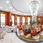 """зал ресторана """"Freesia"""" - не нуждается в дополнительных украшениях. Идеален для торжеств!"""