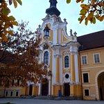Innenhof mit Stiftskirche