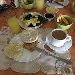 desayuno con jugos y fruta...mmmmmm exquisito