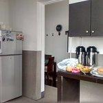 Tiene una cocina comun con comedor, heladera de uso común y todos los utensillos para cocinar