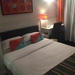 Chambre simple avec un grand lit, très appréciable!