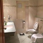 Grosszügises Badezimmer mit Dusche