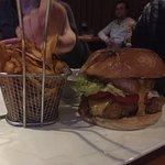 """Burger """"sombrero"""" ( au poulet pané, cheddar, purée de haricots noirs, oignon rouge, tomate etsal"""