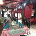Au fond l'entrée du restaurant, rue DE GAULLE