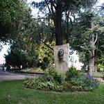 Gedenkteken voor Vincent van Gogh in het park.