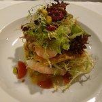 Ensalada crujiente de langostinos, pistachos y frambuesa