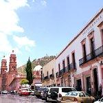 Fachada del Hotel (Se aprecia además el Teatro Calderón, La Catedral, el Cerro de la Bufa)