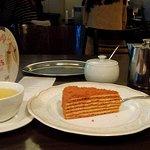 Медовик и чай были вкусные