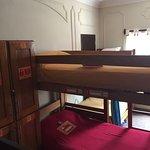 De recepción al hall del edificio y habitación compartida mixta, baño compartido, 12 camas.