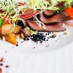 Салат с  мясом косули, жареными свежими шампиньонами, ананасом и болгарским  перцем.