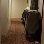 Sortear camas plegables en el pasillo que lleva a la habitación. Igualito que las fotos de la We