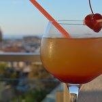 Cocktail servi au bar sur le toit de l'hôtel