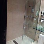 Baño muy moderno, excelente limpieza, detalles muy bien cuidados