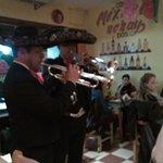 Mariachis en el restaurante celebrando un cumpleaños
