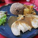 Pollo grillado con patatas fritas, verduras y arroz congris
