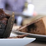 Tarta de tres chocolates y muffing de chocolate con chocolate blanco.