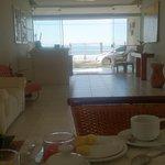 Área do cafe da manha do hotel, com vista para o mar