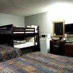 Family Room (2 Queen Beds + Bunk Beds)