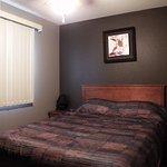 Kitchenette Suite - 1/2 Queen Bed Room