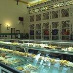 Vista interior con sus originales estanterías y algunos de sus pasteles.