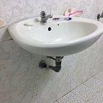Lavabo de la salle de bain qui s'écoule sur le carrelage