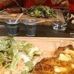 viandes sur planche, frites, salade