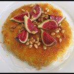 Kanafeh de mato de Montserrat amb almibar de flor de taronger pinyons i figues