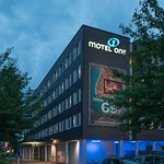 Motel One Hamburg Airport Fassade Nacht