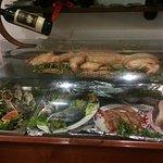 Vetrina con pesce in esposizione