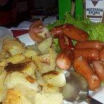 Tira gosto com salchichas e batatas