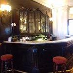 Esta barra antigua en el bar es lo más bonito, lo difícil es encontrar alguien que te atienda