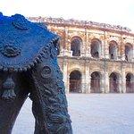 devant l'amphithéâtre de Nîmes