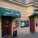 Restauracja U Bansethů bezpośrednio sąsiaduje z bratnią piwiarnią Baszta