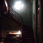 Escalera principal hacia habitaciones de arriba