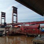 アンペラ橋のたもとの船着場