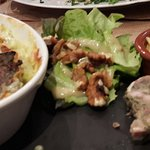 gratin de ravioles caillette avec salade verte, fromage