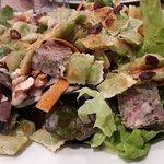 salade verte avec des ravioles frits,de la caillette, des noix, lamelles de carotte