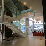 Salon de entrada y escalera al 1º Piso