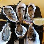 6 huîtres avec morceaux de coquille et son quart de citron.