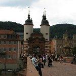 Brücke mit markantem Torturm