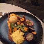 Salade de fruits exotiques, tuile croustillante et sorbet