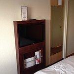 """Le must de la déco: la TV et son """"meuble"""" A droite: ce qui fut une porte avant d'être démontée"""